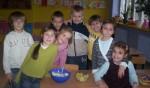 2007-2008 kl.I Tęczowa Przyrządzamy lodki oraz salatkę