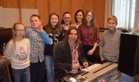 Laureaci konkursu Kolędowania Czar w studiu nagrań Radia Olsztyn