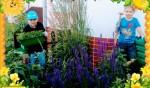 Chętni uczniowie klasy drugiej pielili szkolny ogród, by posadzić flance kwiatów