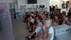 Uczniowie klas pierwszych i drugich w Bibliotece Abecadło
