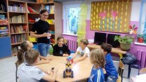 Pani Magda zapoznaje nas z robotem