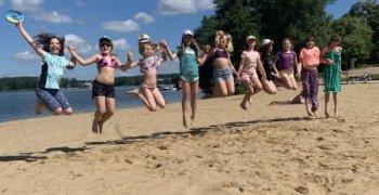 Stojedynka na sportowo na plaży